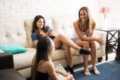 Женщины ослабляя дома в пижамах Стоковое фото RF