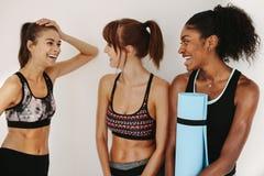 Женщины ослабляя и говоря в спортзале Стоковая Фотография