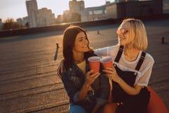Женщины ослабляя на roooftop Стоковая Фотография RF