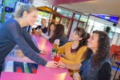 Женщины ослабляя выпивая коктеили в пабе Стоковая Фотография