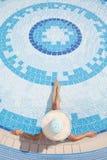 Женщины ослабляя в бассейне Стоковые Фото