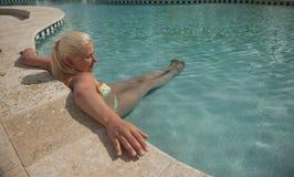 Женщины ослабляя в бассейне Стоковые Изображения RF