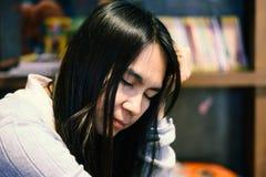 Женщины ослабляя в библиотеке Стоковое Фото