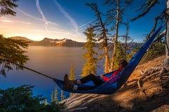 Женщины ослабляя в озере Орегоне кратер гамака Стоковая Фотография RF