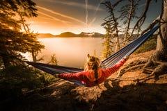 Женщины ослабляя в озере Орегоне кратер гамака Стоковое Изображение