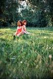 Женщины ослабляя в парке Стоковые Фото