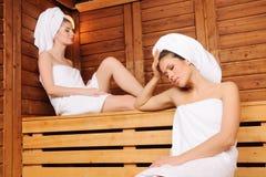 Женщины ослабляя в сауне Стоковые Изображения RF