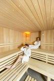 Женщины ослабляя в сауне Стоковое Изображение RF