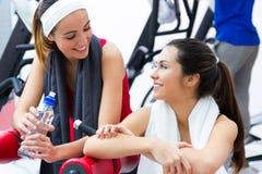 Женщины ослабляя в спортзале после делать тренировку Стоковые Изображения RF