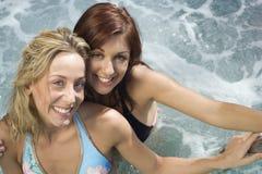 Женщины ослабляя в Jacuzzi Стоковые Изображения RF