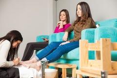 2 женщины ослабляя на курорте ногтя Стоковая Фотография RF