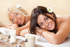 2 женщины ослабляя на спа-центре Стоковое Изображение