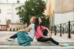 2 женщины отдыхая на лестницах стоковое изображение