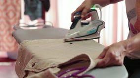 Женщины отжимают ткань акции видеоматериалы