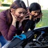 Женщины отчаянные о сломленном автомобиле кричащем Стоковое Изображение