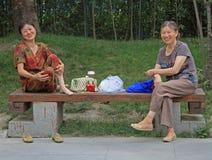 2 женщины отдыхают в парке Чэнду, Китая Стоковое Фото