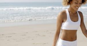 Женщины отдыхая на пляже Стоковое Изображение RF