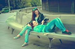 Женщины отдыхая на стенде Стоковая Фотография