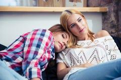 2 женщины отдыхая на sofe Стоковые Изображения RF