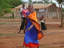 2 женщины от Masai с 2 малыми детьми. Стоковое фото RF