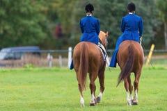 2 женщины от sidesaddle катания голубой звезды Стоковая Фотография