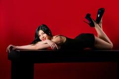 Женщины очарования с длинними черными волосами и сексуальным стилем причёсок Стоковое фото RF