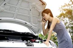 Женщины очень усилены из-за ее нервного расстройства автомобиля Стоковая Фотография