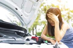 Женщины очень усилены из-за ее нервного расстройства автомобиля Стоковое фото RF