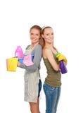 2 женщины очищают что-то с пучком и брызгом внимательно Стоковое Фото