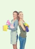2 женщины очищают что-то с пучком и брызгом внимательно Стоковое фото RF