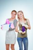 2 женщины очищают что-то с пучком и брызгом внимательно Стоковая Фотография RF