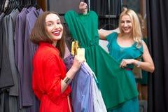 женщины одежд ходя по магазинам Стоковое фото RF