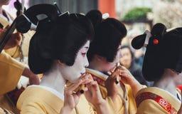 Женщины одетые как гейша играя музыку Стоковая Фотография