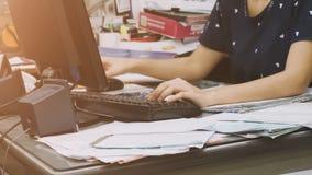 Женщины одели вскользь используя вычислительное бюро Стоковое Изображение