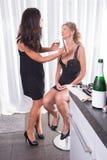 2 женщины, одной кладут другую составляют дальше Стоковое Изображение