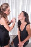 2 женщины, одной кладут другую составляют дальше Стоковые Изображения