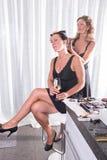 2 женщины, одной чистят другое щеткой волосы Стоковая Фотография RF