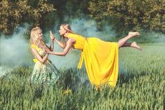 2 женщины, одной levitates Стоковое Изображение RF
