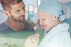 Женщины пахнуть цветком стоковые изображения rf