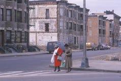 2 женщины пересекая улицу в гетто, южном бронкс, Нью-Йорке Стоковая Фотография RF
