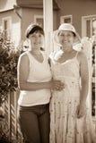 2 женщины перед его резиденцией Стоковое Изображение RF