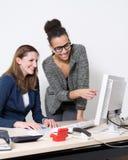 2 женщины перед компьютером на офисе Стоковое Фото