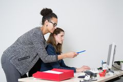 2 женщины перед компьютером на офисе Стоковые Фото