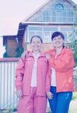 2 женщины перед домом Стоковые Фото