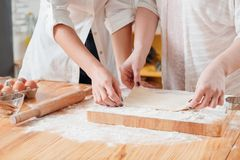 Женщины печь варящ курсы делая хобби теста стоковые фотографии rf