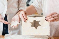 Женщины печь курсы теста печенья резца печенья стоковые изображения