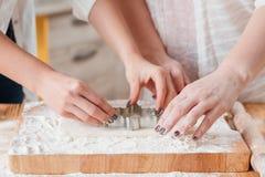 Женщины печь курсы теста печенья резца печенья стоковая фотография