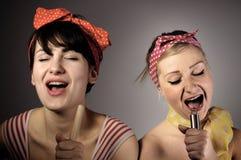 2 женщины пея совместно. Стоковая Фотография RF