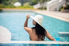 Женщины плавают в бассейне в лете стоковая фотография rf