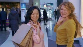 Женщины поворачивают назад на мол стоковые изображения rf